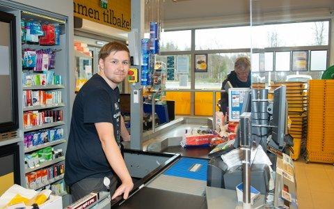 - Det har bygd ei sjøltillit og ei trygghet i det å komme ut i arbeidslivet, sier Mathias Bakken (22) om oppholdet på Mellem Gård. Nå er han assisterende butikksjef på Coop Prix i Brøstadbotn.