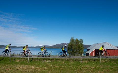 PÅ LANGTUR: Elevene holder god fart på turen mot Skrolsvik.