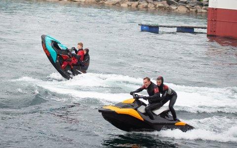 SKUTER: Bildet er tatt på Husøy i fjor sommer. Fra venstre: Isak Meyer Tøllefsen, Jørgen Larsen, Elias Renland og Martin Berntsen. Foto: Rune Ottarsen