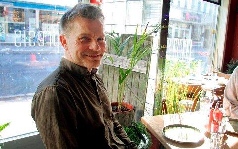SPENT: Åge Charles Heimland, styreleder på Cafe Sånn i Tromsø, er spent foran mandagen. Da komme det nye tiltak fra næringen.