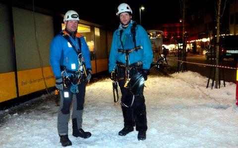 RYDDET IS: Sveinung Storvollen (t.v.) og Daniel Lorentzen i Tromsø Rope Access under et oppdrag med rydding av is på et tak i Tromsø.