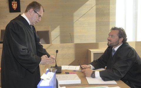 BEKYMRET: Statsdavokat Thorbjørn Klundseter (t.v.) utviser sammen med kolleger bekymring etter inspeksjonen. Her med forsvarer Stian Mæland i en sak i tingretten.