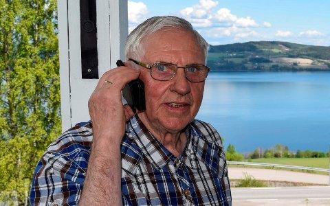 - Jeg er da ikke interessert i å bli påtvunget en høyere pris for dataroaming, datarollover og lagring i skyen, jeg som aldri er utenlands og ikke bruker mobiltelefonen til annen enn å ringe og sende meldinger, sier trofast Telenor-kunde Gunnar Gjerdalen (79) på Kapp.