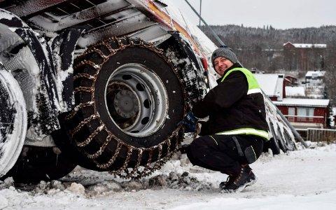 LA PÅ KJETTING: 50 meter før han var framme og skulle losse 13 tonn massivtre, skled lastebilen til polske Marek av veien i Hov. han benyttet ventetiden på bergingsbil til å legge på kjetting.