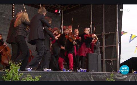 Bilde av TV-skjerm, Kveldsnytt 12.juni 2017, Sinfonietta Innlandet medvirker  under Kongebesøk Mjøsa rundt