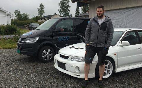 RART: Christoffer Johnsen synes det er rart at den ubudne gjesten tok seg tid til å skru av skiltet foran på den hvite bilen, men lot skiltet bak henge igjen.