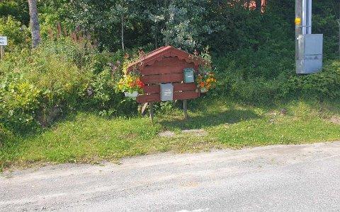 MANGLER POSTKASSER: I dag tidlig oppdaget Kollbjørn Koll at det manglet fire postkasser på stativet.