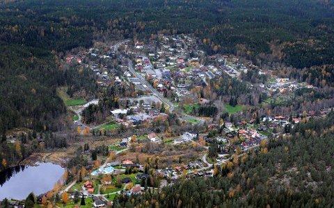 STØYUTSATT: Den ene av de foreslåtte flytraseene for helikoptertrafikk til og fra beredskapssenteret på Taraldrud vil både sees og høres av beboerne på Siggerud.