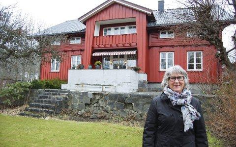 Gårdeier: Marianne Bonde Hansen arvet Kullebund gård etter faren Erik, som døde i 2008. Her er hun foran våningshuset fra 1898, slik det sees fra Kolbotnveien. Gården har avgitt grunn til store deler av utviklingen i Kolbotn sentrum. Bildet er fra mars 2015.