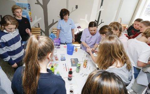 GOD TANNHELSE: Det var stor interesse for å måle pH-verdien i drikkevarer da tannpleierne Bodil Riise Dynna (til venstre) og Marianne Grønbakk besøkte Ski ungdomsskole.