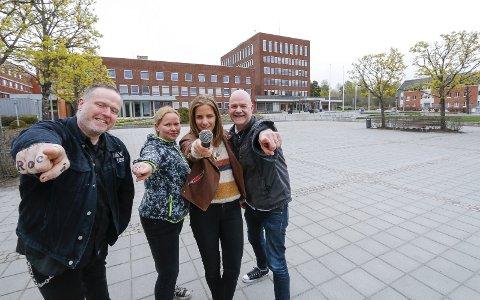 NY OMGANG: Den siste lørdagen i august er det på'n igjen. – Og DU kan synge med, oppfordrer fra venstre Tommy Svendsen og Janne Krakeli fra Rock'n'Roll Catering og forsangerne Julie Lillehaug Kaasa og Thorgeir Berger.