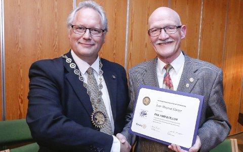 STOLT: Avtroppende president Per-Christian Nilssen i Ski og Langhus Rotaryklubb overrakte hedersbevisningen til Ivar Liseter.