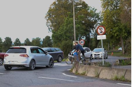 Forbudsskilt: Det var ikke mange bilister som lot seg påvirke av skilttingen som tilsa gjenomkjøring forbudt i Sundbyveien. Foto: Bjørn Sandness
