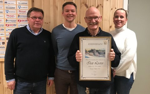 HEDRET: Ivar Liseter med diplomet som beviser æresmedlemskapet, sammen f.v. Knut Bøhren (lagets kasserer), Gard Heiaas (leder) og Torunn Heiaas (ungdomsleder). Liseter er fortsatt styrets sekretær.