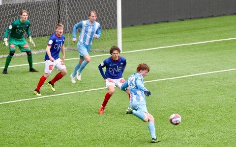 Jonas Hjorth er på besøk foran Vålerengas mål, men mål ble det ikke ved denne anledningen