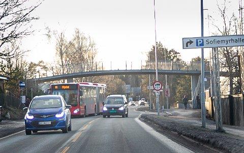 ULYKKER: Mange frykter møteulykker når biler kjører forbi busser som stoppe i veibanen.