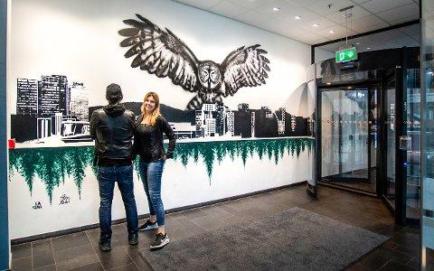 LITT AV EN JOBB: Ann-Mari Sundvoll er fornøyd med det ferdige resultatet som hun har lagd sammen med gatekunstneren La Staa. I helgen lagde de et veggmaleri i Postgirobygget på 6,5 x 3,5 meter for Entra Eiendom.