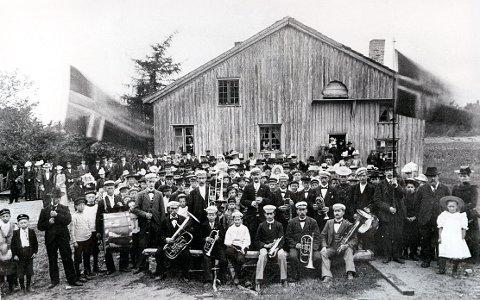 """LERKELUNDVEIEN. Dette bildet skal visstnok være tatt under et stevne i eller ved den gamle Lerkelunden i 1890-åra. Musikkorpset """"Lærken"""" i forgrunnen var stiftet i 1890 med en kjerne bestående av ansatte ved Lågen Dampsag."""