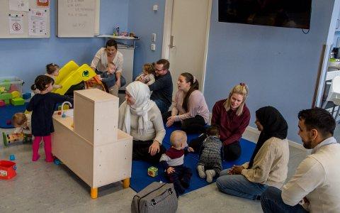 BARNA I FOKUS: I Åpen barnehage kan foreldre ta med seg barna sine for å leke med andre barn, samtidig som det fungerer som en sosial arena for de voksne.