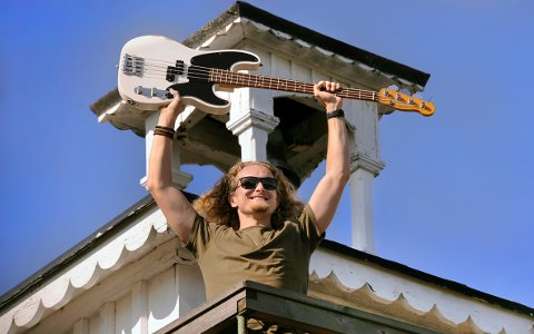 ANDREAS OXHOLM jubler for finaleplass i «Bassist of the year». - Det er så deilig å ha kommet videre, og det passer så godt akkurat nå