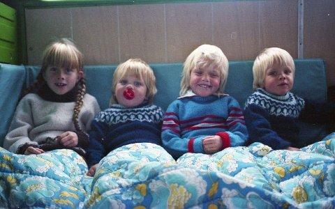 FØR I TIDA: Lailas fire barn Monica (8), Lasse (3), Gabrielle (6) og Thomas (3) satt løst på gulvet i baksetet av kassebilen deres i 1983. – Det var jo bare sånn før i tida. I dag hadde det jo vært uaktuelt, sier Laila Brandsdal Johnson. Foto: Privat