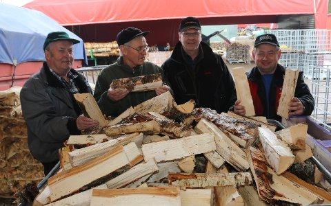 ER IMPONERT: Fra venstre Per Risbergseter, Oddvar Glorvigen og Roy Holseter, som alle er mektig imponert over det Roy Vermundsberget, til høyre, holder på med.