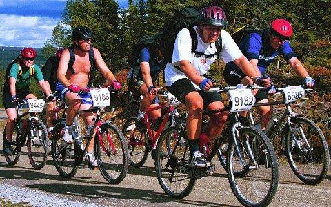 I ALLE FORMER OG FARGER: Ikke alle har det like travelt, og ikke alle sykler i moderne drakter. Her har vi en gjeng som koser seg i Birkebeinerrittet i 1998. Slik vil Birken-arrangørene gjerne se deltakerne i retro-Birken i år.