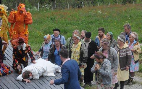 TRAGISK SORTI:   Sjalusidramaet i «Bajazzo» ender med at Canio (Kristian Krokslett) blir skutt og drept.
