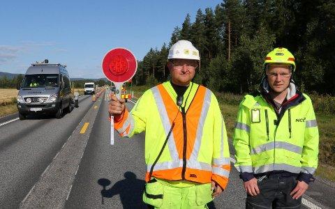 BER PENT:  Marius Olsen, til venstre, i Norsk Trafikksikring, og prosjektleder i NCC, Per Emil Bjerke, henstiller til bilistene om å vise respekt i vegarbeidsområder.