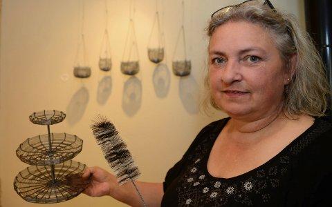 SPENNENDE:  Det er en spennende kunst Elin Strand utøver. Her med noen av prduktene som kan ses under utstillingen på Syversætre på Flisa.