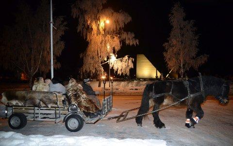 HESTESKYSS: Hesten var viktig for de reisende.  Her er noen av de som deltok på kirkegården på veg tilbake til sammenkomsten på Heia.