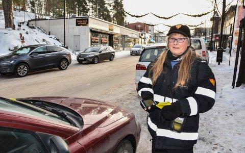 NOK Å GJØRE: Målfrid Persson og de andre trafikkbetjentene i Elverum skrev ut 2429 parkeringsbøter i løpet av 2019.