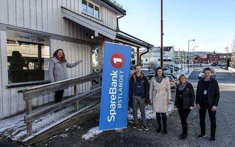 HER: Banksjef Annica Sørlundsengen, til venstre, flytter hit med sitt mannskap fram til sommeren. Videre fra venstre ser vi Trond Martinsen, Heidi Johansen, May Grete Retterås og Lars Enger.
