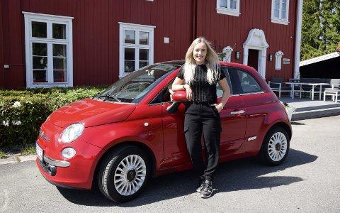 EGEN BIL: Trenden er egentlig at dagens unge venter både med å ta førerkort og å kjøpe seg egen bil. Men Lisa Bjørnebye (18) i Elverum er ikke som alle andre. Hun har sjøl jobbet og tjent penger slik at hun kunne kjøpe sin egen bil så fort hun fikk førerkort.