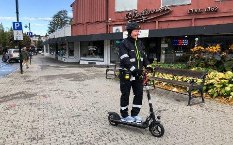 PÅ TO HJUL: Eva Skogen Andersen er en av tre kommunale trafikkbetjenter i Elverum.