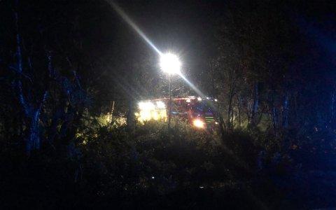 KONTROLL: Brannmannskapene fikk raskt kontroll på brannen på hytta i Tynset torsdag kveld.