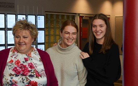 STILTE OPP: Statsminister Erna Solberg (H) stilte villig opp på bilder sammen med Rena-studenter da hun besøkte høgskolen. Her sammen med Brigithe Børrestad (i midten) og Sara Carlsen.