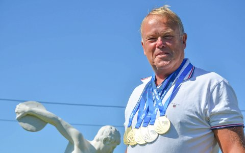 HEDRET: Det internasjonale veteranfriidrettsforbundet har gjort stas på Arild Busterud, her med de fem medaljene han tok i veteran-VM i Lyon i 2015.