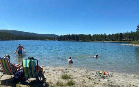 VARMT, MEN KALDT: Ved Kroktjønna i Folldal var det fantastisk sommervær lørdag. Bare timer tidligere var bygda kaldest i Norge.