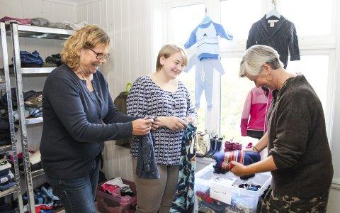 Et gratis tilbud: På «Kvisten» sørger Runa Løwe, Sophie Firman og Mariann Lia sørger for at det er innbydende og god orden i klær, sko og småutstyr som alle som ønsker både kan få og levere her. Alt er gratis, og damene synes det supplerer andre brukt-tilbud. Foto: Nina Blix