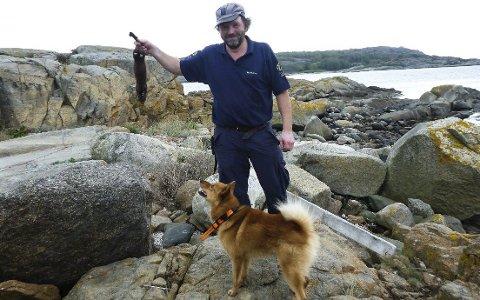 Jørn Lindseth (SNO) etter vellykket uttak av mink med spesialtrent hund, Finsk spets. Foto: Jørn Lindseth (SNO)