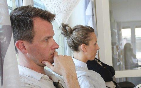 På MØTE: Mona og Marius Erlandsen var tilhørere da politikerne behandlet barnehageutbygging på deres nabotomt. For å forsvare seg mot rykter, må de nå bruke tid på å dokumentere hva som skjedde i fjor.