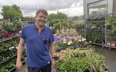 STØRST PÅ DET MESTE: Frode Svarstad-Elverhøy og Rema 1000 Heistad selger mest blomster av alle kjøpmennene i kjeden i Norge, og han har størst totalomsetning av alle kjøpmennene i Grenland. Han omsatte netto for 91 millioner i 2019.