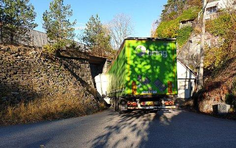 HER GÅR DET GALT: Traileren satte seg fast i undergangen i Trosvikvegen.