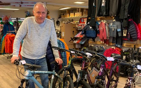 TRAVELT ÅR: Øyvind Sanderød driver Sanderød Sport og Fritid i Brevik. Han opplever at nordmenn må være hjemme i Norge under koronapandemien, og at de som aldri før kjøper sports- og fritidsutstyr til aktivitetene sine.