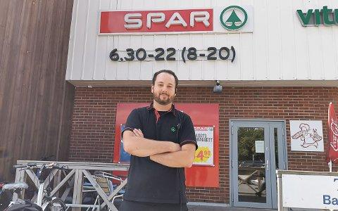 OVERRASKET: Assisterende butikksjef ved Spar PP-senteret har sett en stor oppgang i snussalget det siste året.