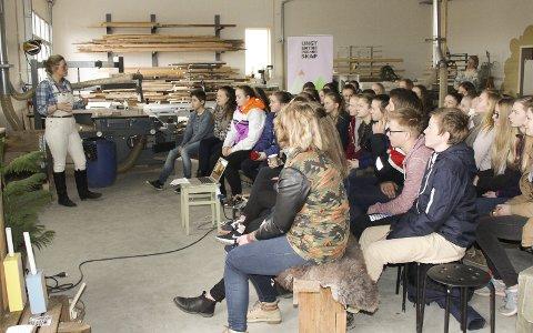 Lyttet: Stine Bjørnstad fortalte ungdomsskoleelever fra Indre Øsdtfold om hvordan man kan utnytte ressursene på en gård og bygge opp sin egen bedrift. Alle foto: Beate Sloreby