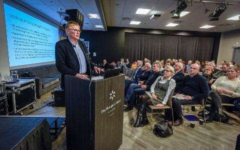Her legger ressursgruppas leder Helge Torgersen fram den foreløpige rapporten om ny sykehusstruktur, som nå er ute til høring til 1. mars.