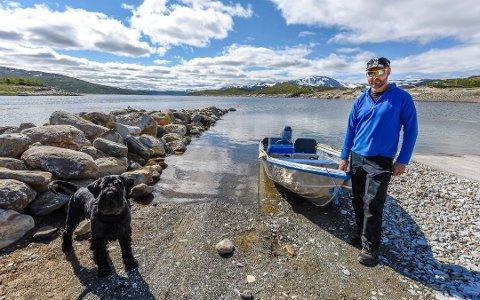 Øyvind Storvoll ved Kallvatnet hytteforening mener det er farlig å ikke ha mobildekning ved Kallvatnet. Foto: Øyvind Bratt