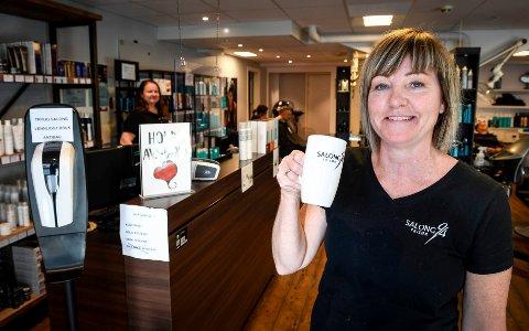 Siv Eliassen Bogen på Salong 94 kan servere kaffe igjen til kundene.